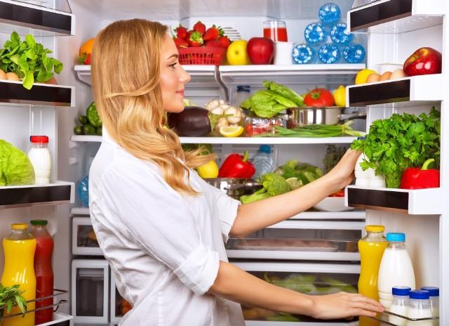 Świadome podejście do konsumpcji warto zacząć od odpowiedniego przygotowania się do zakupów. Podstawą jest przejrzenie lodówki i kuchennych zapasów – tak, by uniknąć wyrzucania jedzenia do kosza.