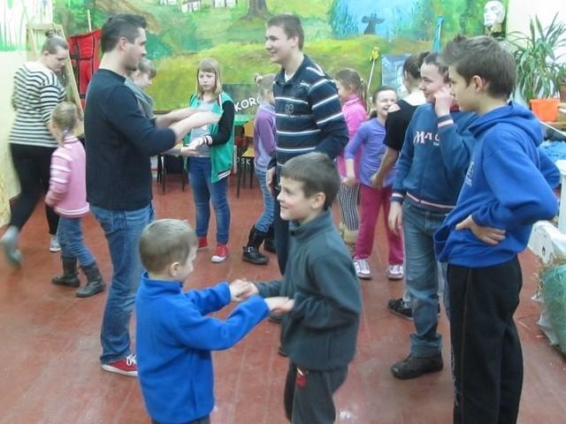 Przygotowania do gry terenowej na warsztatach w Mikorowie.