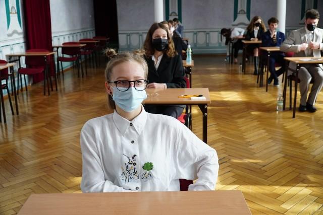 Przez pandemię tegoroczni maturzyści musieli przygotowywać się do egzaminów zdalnie. Ich młodsi koledzy mają szansę nadrobić braki spowodowane zdalną nauką na dodatkowych zajęciach w szkole