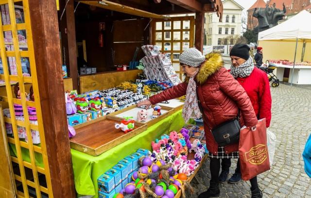 """Od dziś na Starym Rynku w Bydgoszczy odbywa się Jarmark Wielkanocny. Przygotowania do jarmarku trwały już od wtorku. Zakupy wielkanocne będzie można robić przez tydzień. Wystawcy zaprezentują swoje towary na płycie Starego Rynku - będą przepiękne ozdoby świąteczne, potrawy i rękodzieło. Na jutro  - w sobotę, 24 marca - zaplanowano oficjalne rozpoczęcie jarmarku wraz z występami artystycznymi. Na scenie wystąpią zespoły ludowe (m. in. Zespół """"Wesołe Gospodynie"""" z Koronowa, Zespół Pieśni i Tańca """"Płomienie"""" i Orkiestra Dęta z Gminnego Ośrodka Kultury w Dobrczu). Będą także warsztaty wielkanocne o pogadanki o tradycjach wielkanocnych. Występy odbędą się również w niedzielę, 25 marca. Info z Polski - przegląd najważniejszych oraz najciekawszych informacji z kraju 22.03.2018"""