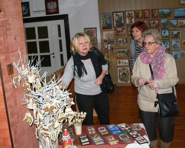 Goście z Nowej Dęby podziwiali ozdoby wykonane przez mieszkańców Domu Pomocy Społecznej w Tarnobrzegu.