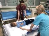 Pielęgniarki przenoszą nawet tonę dziennie. Teraz transport pacjentów będzie łatwiejszy