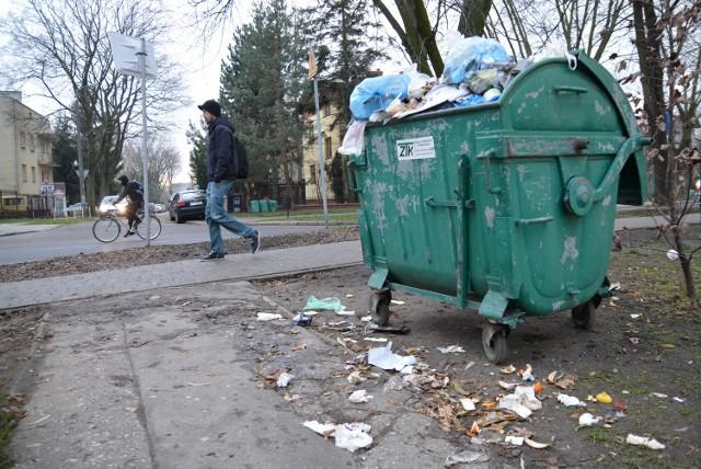 Kontener, z którego wiecznie wylewają się śmieci, stoi przy skrzyżowaniu ul. Glinianej z Siewną. Codziennie mijają go mieszkańcy