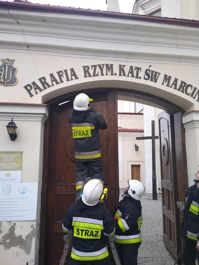 Silny podmuch wiatru uszkodził we wtorek drzwi od kościoła parafii św. Marcina w Krasiczynie pod Przemyślem. Z pomocą w demontażu niemałych drzwi ruszyli strażacy z OSP Krasiczyn.