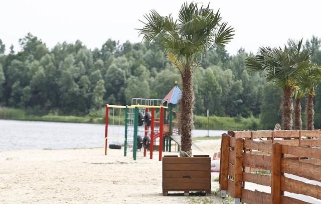 Żwirownia tuż przed sezonemRośliny w potężnych, drewnianych donicach ustawione zostały w okolicy plaży.