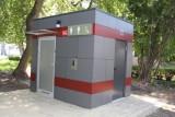 W parku miejskim w Brzezinach stanęła nowoczesna toaleta