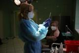 Co szwankuje w programie szczepień przeciwko koronawirusowi. Lekarze sfrustrowani