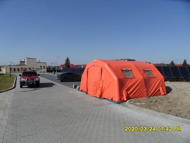Strażacy z Dąbrowy Tarnowskiej rozstawili pod szpitalem polową izbę przyjęć
