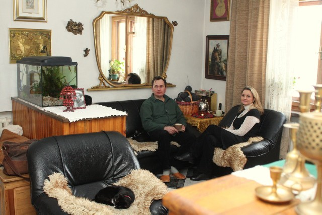 W salonie uwagę zwracają duże lustro, prezent ślubny i portret