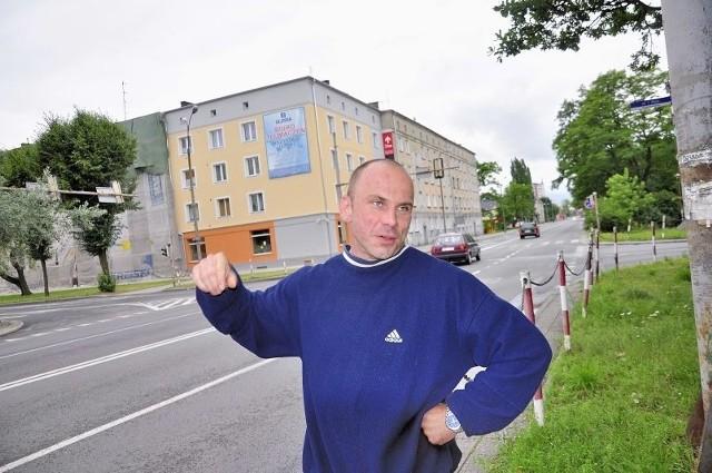 Jarosław Narowski nie jest specjalnie zadowolony z faktu, że miasto chce zwężać al. Jana Pawła II. - Na skrzyżowaniu z ul. Miłą i 1 Maja wystarczyłoby rondo, które poprawiłoby bezpieczeństwo - uważa kierowca.