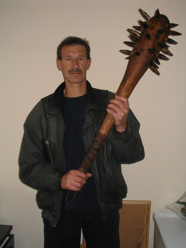 - Dla odmiany zrobiłem maczugę - mówi Marek Zubel ze Stargardu, który wcześniej odtworzył już m.in. armatę, kuszę, pistolety skałkowe, karabin z bagnetem, prochownice.