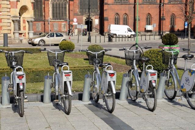 Chociaż operatorzy systemów rowerów miejskich będą regularnie dezynfekować jednoślady, to ich użytkownicy powinni stosować dodatkowe środki ostrożności.
