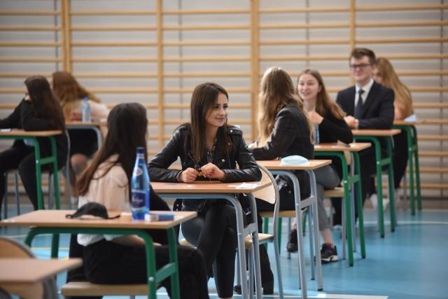 """W rankingu """"Newsweeka"""" zostały uwzględnione szkoły z całej Polski. Wzięto pod uwagę wyniki matur, Edukacyjną Wartość Dodaną (obliczaną na podstawie porównania wyników egzaminów gimnazjalnych uczniów i matury), sukcesy młodzieży w olimpiadach, a także liczbę języków obcych , oferowanych przez szkołę. Na kolejnych slajdach przedstawiamy TOP 15 najlepszych szkół w województwie kujawsko-pomorskim według rankingu """"Newsweeka"""". Aby przejść do listy, przesuń zdjęcie gestem lub naciśnij strzałkę w prawo."""