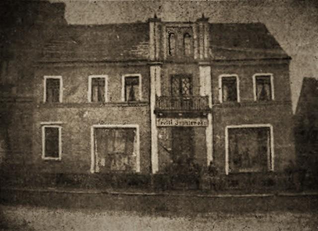 """Nowy Rynek 2, rok 1902, w sklepiku odkupionym od Teofila Sypniewskiego powstał pierwszy """"skład"""" słynnej później firmy Mieczysław Siuchniński & Roman Stobiecki."""