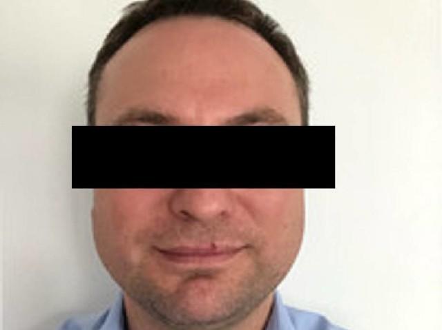 """Prokuratura Okręgowa w Szczecinie przekazuje kolejne szokujące informacje: Prokurator z """"Archiwum X"""" - przedstawił Mariuszowi G.  zarzuty dotyczące dokonania dwóch kolejnych zbrodni zabójstwa. Jego kolejne ofiary miały zginąć wiosną 2016 r. i w październiku 2018 roku. Oto oficjalny komunikat prokuratury: Prokurator z """"Archiwum X"""" – Działu do Spraw Cyberprzestępczości i Nowoczesnych Technologii Wykrywczych Prokuratury Okręgowej w Szczecinie nadzorujący śledztwo przeciwko mężczyźnie podejrzanemu między innymi o dokonanie w dniu 7 czerwca 2019 r. na terenie gminy Kołobrzeg zabójstwa pokrzywdzonej kobiety z powodu motywacji zasługującej na szczególne potępienie, w dniu 8 listopada 2019 r. przedstawił podejrzanemu zarzuty dotyczące dokonania dwóch kolejnych zbrodni zabójstwa.Ujawnienie ciał dwóch kolejnych kobietJak dotychczas ustalono podejrzany w sprawie mężczyzna, który usłyszał zarzuty między innymi dotyczące przywłaszczenia mienia pokrzywdzonej oraz dokonania w czerwcu 2019 r. jej zabójstwa, utrzymywał w przeszłości kontakty również z dwiema innymi kobietami, a które także zaginęły w niewyjaśnionych dotąd okolicznościach. Dodatkowo wykonane czynności wykazały, że ich zaginięcia miały związek z niekorzystnym rozporządzeniem mieniem na rzecz podejrzanego. Dalsze czynności mające na celu ustalenie aktualnych miejsc pobytu dwóch zaginionych kobiet, doprowadziły do zgromadzenia materiału dowodowego, który w dalszej kolejności pozwolił na ujawnienie dwóch kolejnych ukrytych ciał obu poszukiwanych pokrzywdzonych.Kolejne prokuratorskie zarzuty dla zabójcy kobietDotychczasowe działania funkcjonariuszy Komendy Wojewódzkiej Policji w Szczecinie oraz prokuratora z """"Archiwum X"""" Prokuratury Okręgowej w Szczecinie dały prokuratorowi podstawy do ogłoszenia mężczyźnie w dniu 6 listopada 2019 r. zarzutu związanego z dokonaniem w dniu 7 czerwca 2019 r. na terenie gminy Kołobrzeg zabójstwa pokrzywdzonej z powodu motywacji zasługującej na szczególne potępienie, tj. o czyn z art. 148 § 2"""