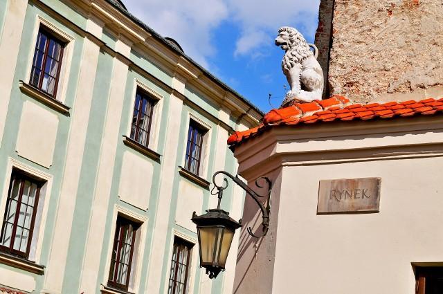 """Szukając mieszkania do wynajęcia w Lublinie, warto rozglądać się za cenowymi okazjami. W tym gorącym okresie wynajmu studenckiego przygotowaliśmy dla wszystkich poszukujących przydatną galerię 10 najtańszych ofert w mieście. Zobaczcie nasze zestawienie! Wszystkie oferty pochodzą z serwisu Gratka.pl.Szukasz mieszkania? Przejrzyj ogłoszenia: <a target=""""_blank"""" href=""""https://gratka.pl/nieruchomosci/mieszkania/lublin/wynajem"""">mieszkania do wynajęcia Lublin</a>"""