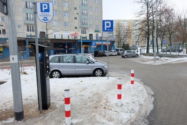 Obok płatnego parkingu jest departament edukacji z parkingiem dla urzędników.