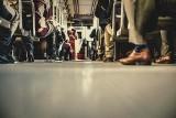 Staruszka ledwo stała, a na siedzeniu w autobusie siedziała siatka z zakupami! Kultura pasażerów MZK to dno. List Czytelniczki