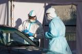 Niejednoznaczne wyniki testów na koronawirusa robionych w punkcie drive-thru przy stadionie w Poznaniu? NFZ przeanalizował statystyki
