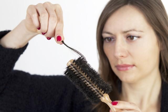 Codziennie w naturalny sposób tracimy od 50 do 100 włosów. Jednak, gdy zaczynają wypadać w dużo większej ilości, konieczna jest wizyta u lekarza. Przyczyny takiego stanu mogą być poważne i trudne do samodzielnego leczenia.