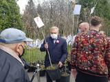 Białystok. Prezydent Truskolaski rozdawał sadzonki dębów z okazji uchwalenia Konstytucji 3 Maja (zdjęcia)