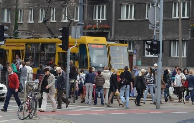 Szacuje się, że w dzień powszedni Łódź zaludnia 800 tys. osób...