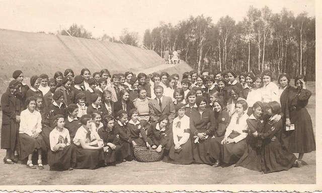 Rok 1935. Królewianki na wycieczce w Krakowie, pod kopcem Józefa Piłsudskiego