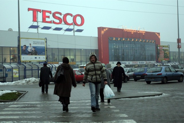 Tesco w Krakowie przy ul. Kapelanka. Okazuje się, że hipermarket leży na starym wysypisku śmieci