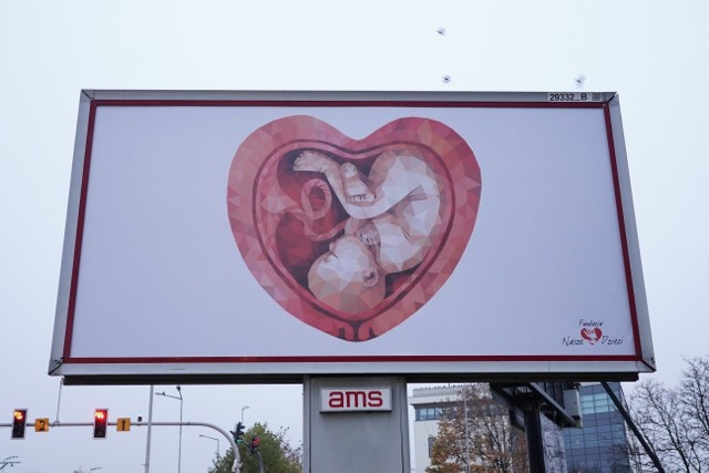 """Od jakiegoś czasu na bilbordach w całej Polsce widnieje grafika płodu znajdującego się w łonie w kształcie serca. To akcja fundacji  pro-life """"Nasze Dzieci – edukacja, zdrowie, wiara"""", która w ten sposób publicznie sprzeciwia się aborcji. Jednak okazuje się, że autorką samej ilustracji jest rosyjska artystka, która nie dość, że nie była świadoma tak dużej kampanii z użyciem jej obrazu w Polsce, to jeszcze sama zdecydowanie staje po stronie strajku kobiet.Czytaj dalej-->"""