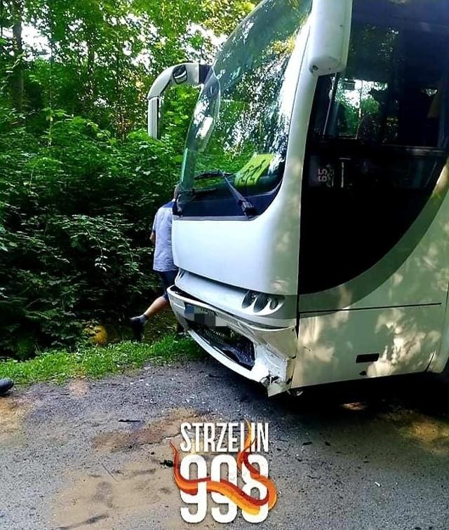 Pijany kierowca volkswagena zderzył się czołowo z autobusem odwożącym dzieci po szkole