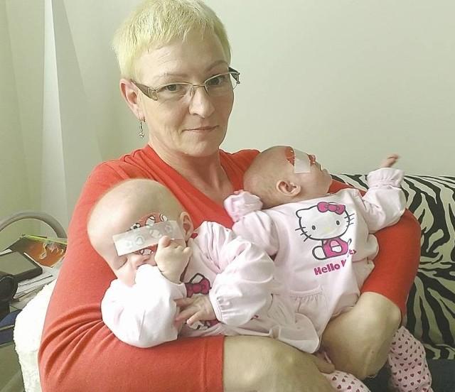 Blanka (z lewej) i Hania są całkowicie niewidome. Jeśli operacje w Niemczech się powiodą, w przyszłości będą mogły rozróżnić dzień od nocy, rozpoznać rodziców. - Wierzymy, że się uda - mówi ich babcia Małgorzata.