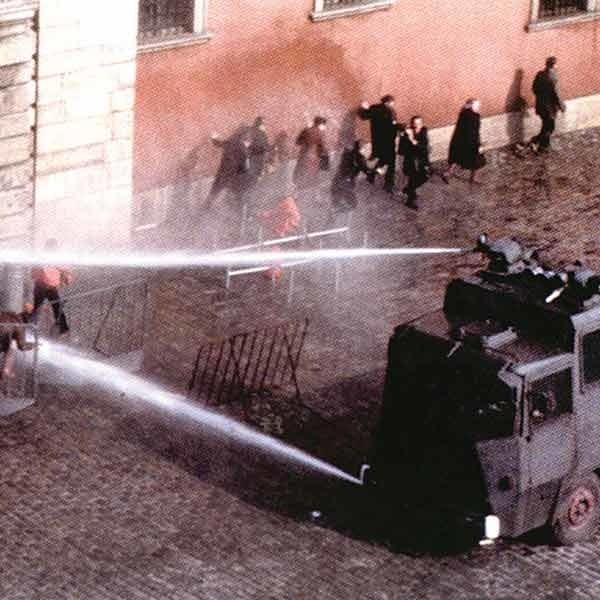 Warszawa, 3 maja, 1982 r. - jedna z manifestacji stanu wojennego, który wprowadzono wbrew prawu (trwała sesja sejmu) w nocy z 12 na 13 grudnia 1981 r. dekretem Rady Państwa,  zawieszono 31 grudnia 1982 r., a odwołano 22 lipca 1983 r.