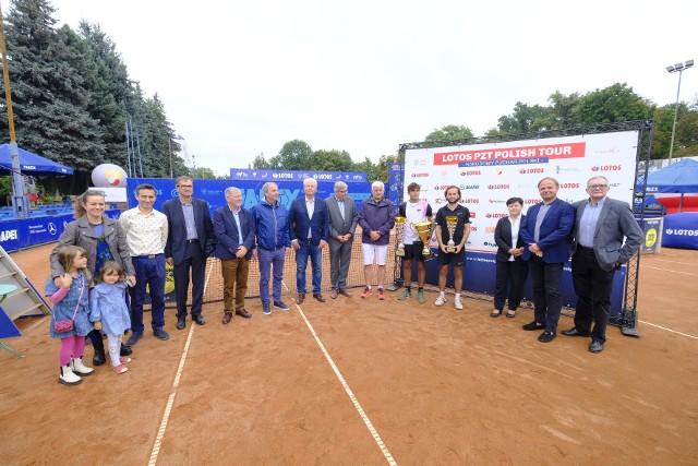 Finaliści turnieju (z dwoma pucharami zwycięzca) i oficjele na zakończeniu kolejnej edycji turnieju tenisowego Talex Open
