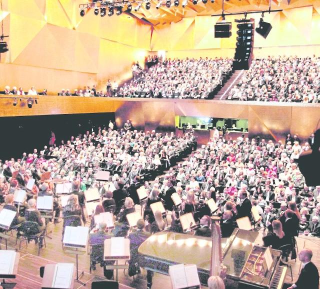 Od 5 września, kiedy zabrzmiał pierwszy koncert w nowej siedzibie Filharmonii Szczecińskiej, Sala Słońce, czyli sala symfoniczna, na każdym koncercie jest wypełniona po brzegi. Nic dziwnego, akustyka jest doskonała