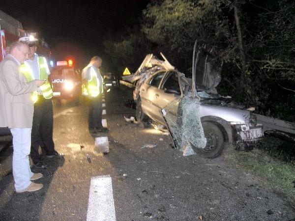 W piątek na drodze krajowej nr 1 na  granicy granicy Torunia i Brzozy  Toruńskiej zginął 29-letni mężczyzna.  Około godz. 22.30 prawdopodobnie  podczas manewru wyprzedzania fordem  mondeo zjechał na przeciwny pas ruchu.  W stronę Włocławka w tym czasie  jechała ciężarowa scania. Doszło do  czołowego zderzenia. Kierowca forda  zginął na miejscu.