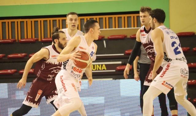 Arkadiusz Lewandowski (z piłką), zostaje w zespole z Radomia