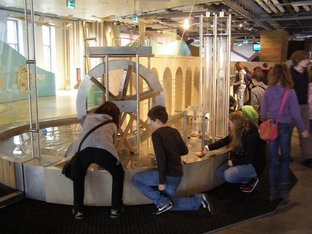 Uczniowie Gimnazjum w Wasilkowie badali pracę koła wodnego w warszawskim Centrum Nauki Kopernik