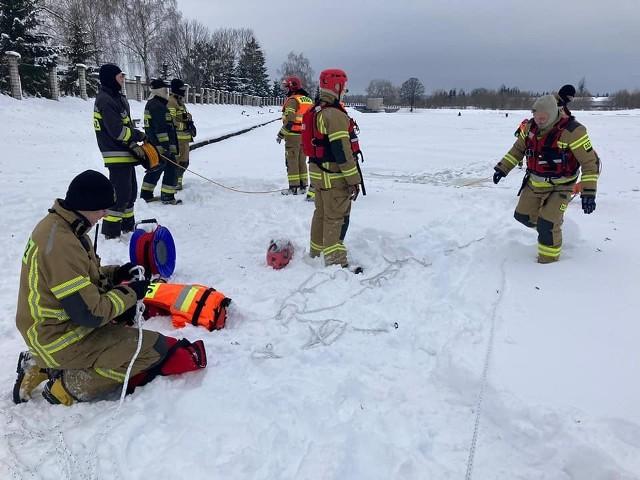 Wasilków. Strażacy ćwiczyli na zamarzniętym zbiorniku