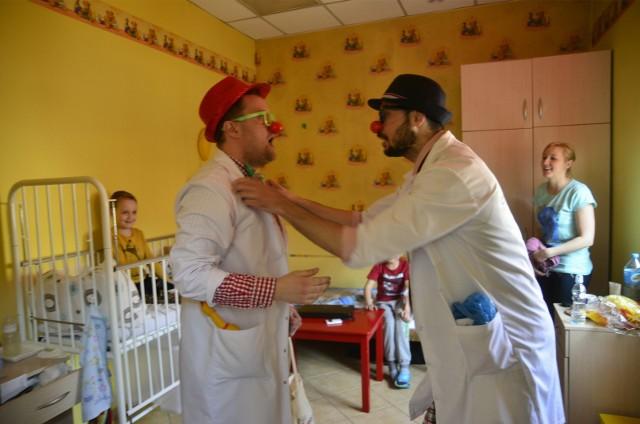 Wizyta clownów na oddziale hematologii Szpitala Dziecięcego przy ul. Krysiewicza w Poznaniu