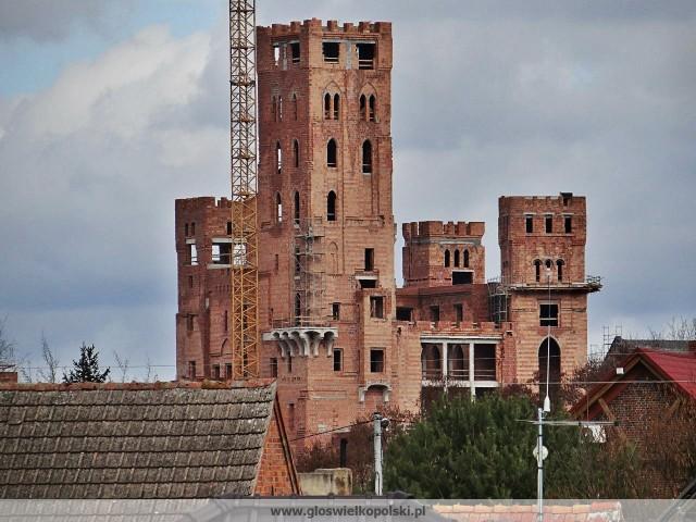 """Twórcy kanału """"Śladami PRL"""" weszli do środka zamku w Stobnicy. O inwestycji znajdującej się w Puszczy Noteckiej zrobiło się głośno w 2018 r., kiedy w sieci pojawiły się zdjęcia obiektu wzbudzającego kontrowersje."""