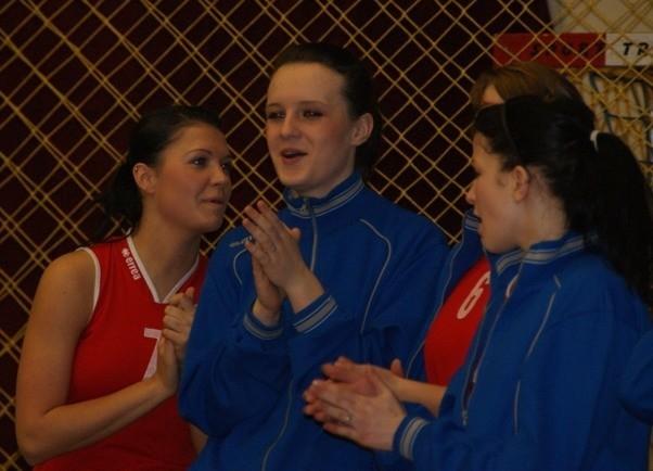 Turniej mlodych siatkarek w MielcuJuniorki Stali Mielec (czerwone koszulki) przegraly z Dargfilem Tomaszów Maz. 1:3.
