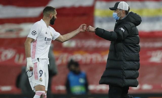 Juergen Klopp gratuluje Karimowi Benzemie