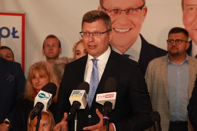 - Mimo różnic, chciałbym pogratulować panu Fijołkowi zwycięstwa - mówił wyraźnie przygaszony Marcin Warchoł. I dodał, że będzie przyszłemu prezydentowi będzie patrzył na ręce.
