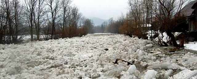 Zwały kry lodowej na Hoczewce w Baligrodzie.