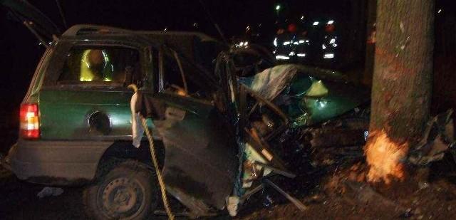 Kierowca opla potrąćił motorowerzystę. Uciekł z miejsca wypadku i zginął uderzając w przydrożne drzewo.