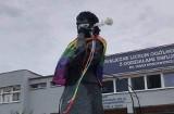 """Ktoś zawiesił tęczową flagę na pomniku Marii Konopnickiej przy LO2 w Opolu. Tęczowe Opole: """"To nie nasza akcja"""""""