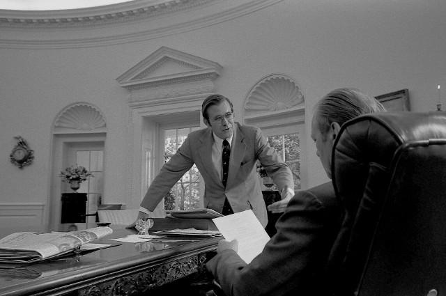 Donald Rumsfeld i prezydent USA Gerald Ford w Gabinecie Owalnym (1974)
