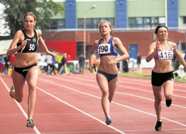 Sprinterka UKS Bojary Katarzyna Sokólska (z lewej) została młodzieżową mistrzynią Polski na 100 m