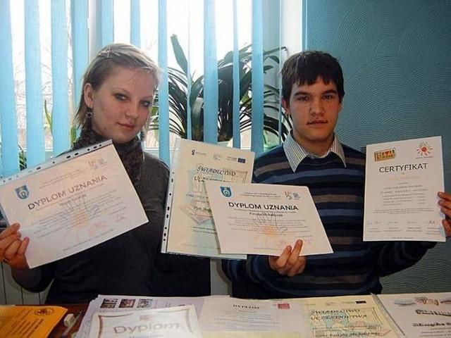 Wyróżnienie w samorządowym konkursie Ośmiu Wspaniałych to nie pierwsze z osiągnięć Magdy Goździk i Patryka Michalskiego, uczniów technikum przy łapskim mechaniaku. O tym, że wolontariusze mają ich wiele, świadczą liczne dyplomy.