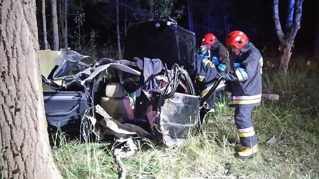 Do tragicznego zdarzenia doszło kilkanaście minut po północy (2 sierpnia) na drodze krajowej nr 65 na trasie Ciemnoszyje-Osowiec. Blisko 100 metrów od skrzyżowania do Białogrądów bwm uderzyło w przydrożne drzewa.
